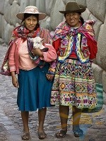 Local women - Hatumrumiyoc Inca Wall - Cuzco - Peru